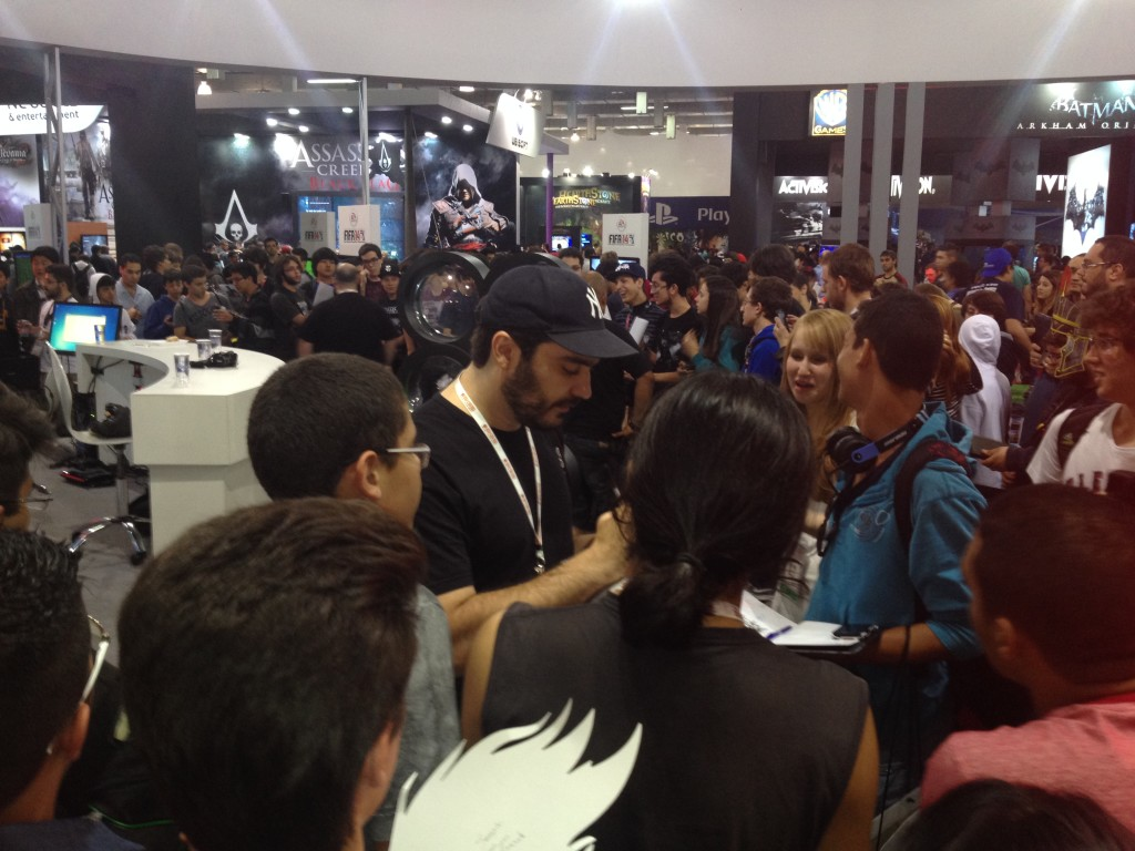 Diogo Braga distribuindo autógrafos na BGS 2013